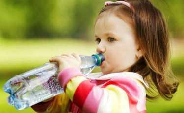 Покупка воды в пластиковой бутылке