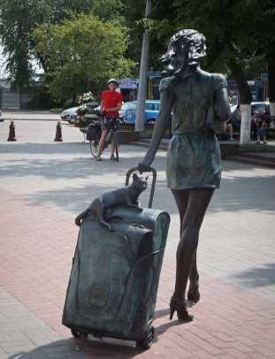 Памятник девушке фото 1