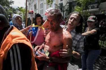 Разъяренная толпа в Венесуэле избила депутатов